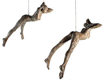 Stijgend | bronzen beeld van een vliegende vrouw van Anita Franken | Exclusieve kunst online te koop in de webshop van Galerie Wildevuur