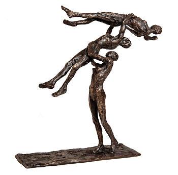 Drie in de lucht | bronzen beeld van een vliegende vrouwen van Anita Franken | Exclusieve kunst online te koop in de webshop van Galerie Wildevuur
