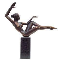 Evenwichtig | bronzen beeld van een sierlijke dame van Frans van Straaten | Exclusieve kunst online te koop in de webshop van Galerie Wildevuur