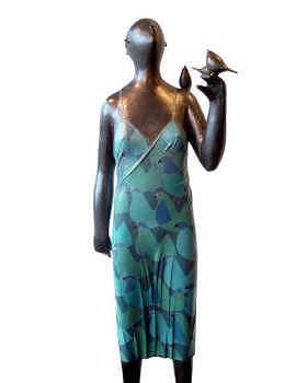 Merel | bronzen beeld van een vrouw met vogel van Jan de Graaf koopt u nu online! ✓Hoogste kwaliteit ✓Veilig betalen ✓Gratis verzending