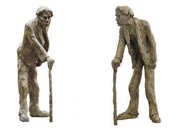De meester | bronzen beeld van een oude man met stok van Maja van Berkestijn | Exclusieve kunst online te koop in de webshop van Galerie Wildevuur