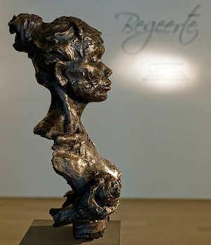 Koester de begeerte | bronzen beeld van een vrouw van Natasja Bennink | Exclusieve kunst online te koop in de webshop van Galerie Wildevuur