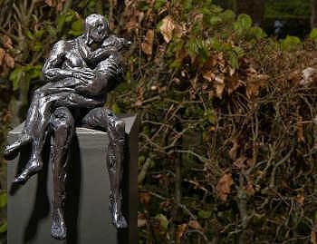 Ons dagelijks brood | kussende man en vrouw in brons van Natasja Bennink | Exclusieve kunst online te koop in de webshop van Galerie Wildevuur