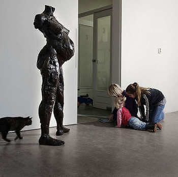 Lief buikje | bronzen beeld van een zwangere vrouw van Natasja Bennink | Exclusieve kunst online te koop in de webshop van Galerie Wildevuur