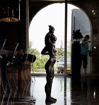 Madonna en kind | bronzen beeld van een vrouw met kind van Natasja Bennink | Exclusieve kunst online te koop in de webshop van Galerie Wildevuur
