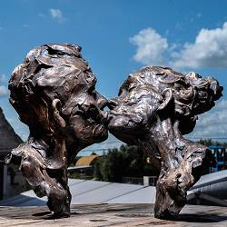 I will love you | bronze sculpture of a kissing man and woman by Natasja Bennink | Exclusive Master Art | View the best artworks online now