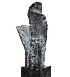 In de luwte | bronzen beeld met figuren van Piets Althuis | Exclusieve kunst online te koop in de webshop van Galerie Wildevuur