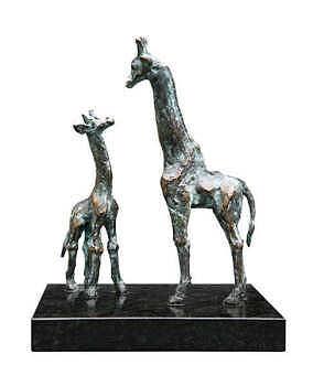 Giraffe met jong | bronzen beeld met dieren van Piets Althuis | Exclusieve kunst online te koop in de webshop van Galerie Wildevuur