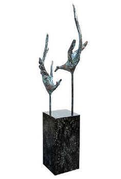 Vrije vogeltjes | bronzen beeld van een vliegende vogels van Piets Althuis | Exclusieve kunst online te koop in de webshop van Galerie Wildevuur