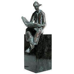 Lezende jongen | bronzen beeld van een man van Piets Althuis koopt u nu online! ✓Hoogste kwaliteit ✓Veilig betalen ✓Gratis verzending