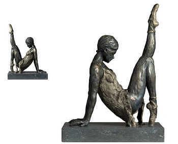 In stilte | bronzen beeld van een vrouw van Romee Kanis | Exclusieve kunst online te koop in de webshop van Galerie Wildevuur